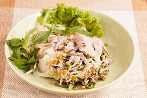 prato de macarrão e carne de porco. foto