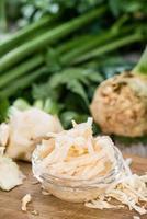 porção de salada de aipo-rábano foto