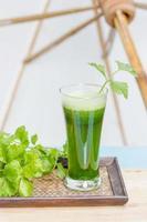 suco de vegetais verde com aipo fresco foto