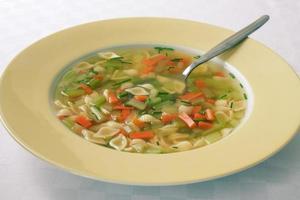 sopa de macarrão vegetal foto