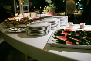sobremesas e copos de salada de frutas em cima da mesa foto
