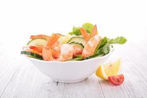 tigela de salada de camarão foto