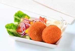 queijo frito com salada de legumes e maionese foto