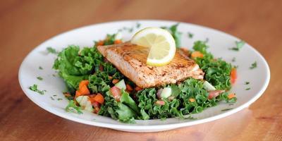 salada de salmão começando foto