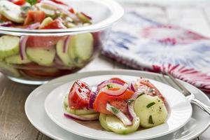 salada de tomate e pepino foto