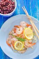 salada com camarão foto