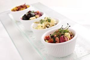 seleção de saladas buffet foto