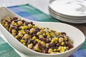 salada de milho e feijão foto