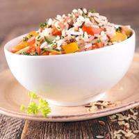 tigela de arroz e legumes foto
