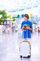 menino adolescente viajando de avião foto