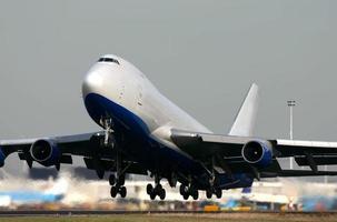 um boeing 747-400f decolando foto
