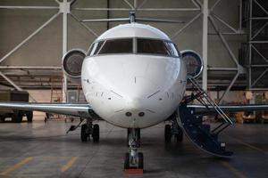 avião a jato executivo fica no hangar. foto