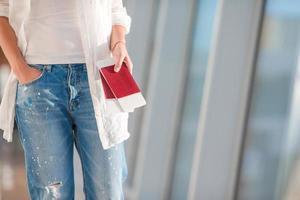 dois passaportes e cartões de embarque no bolso no aeroporto foto