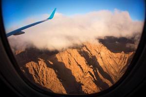 vista de um avião acima das nuvens, indo para casa foto