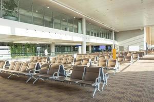 interior do salão de espera do aeroporto moderno foto
