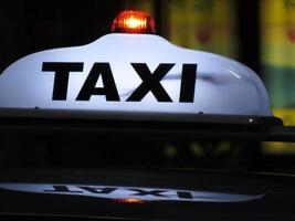 sinal de táxi um foto