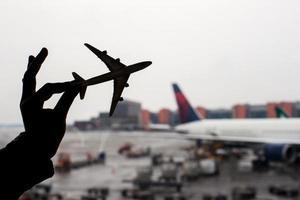 silhueta de um modelo de avião pequeno no fundo do aeroporto