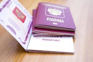 passaporte em cima da mesa foto