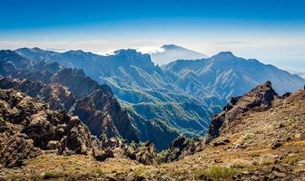paisagem de montanhas vulcânicas.