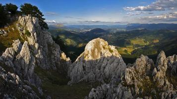 paisagem de montanha ensolarada foto