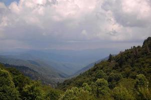 paisagem de montanhas esfumaçadas
