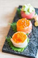 ponto de foco seletivo no rolo de sushi foto