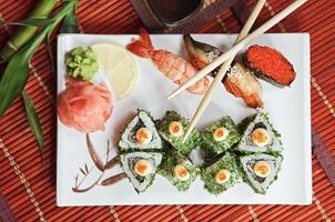 rolos de bambu e sushi foto