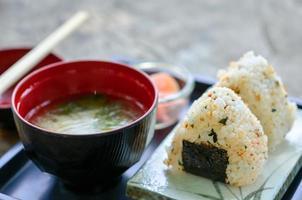 conjunto de sushi japonês com sopa foto