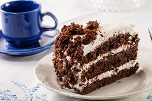 Bolo de chocolate com glacê branco foto
