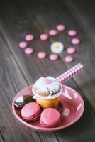 adorável pequeno bolo e macaroons foto