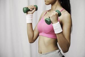 mulher levantando peso foto