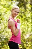 jovem mulher exercitando com halteres