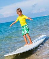 menino com surf foto
