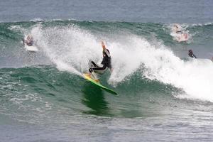 surfando com um longboard foto