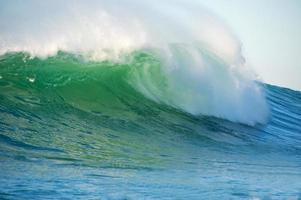 enorme surf bater em half moon bay califórnia foto