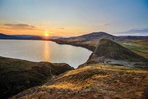paisagem de montanha e mar foto