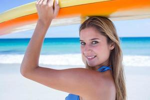 mulher bonita loira segurando a prancha de surf foto