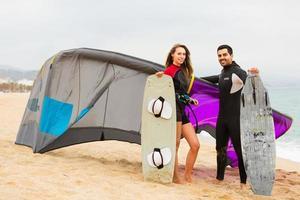família em roupas de mergulho com pranchas de surf foto