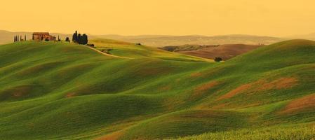 pôr do sol na paisagem da Toscana
