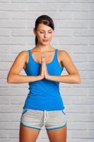 jovem garota está envolvida em yoga foto