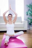 ajuste mulher fazendo yoga na esteira foto