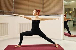 pose de ioga braços esticados foto