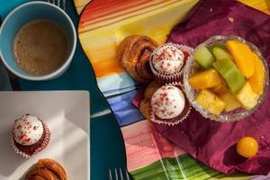 delicioso café da manhã servido na mesa de jantar