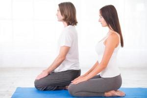 jovem casal meditando foto