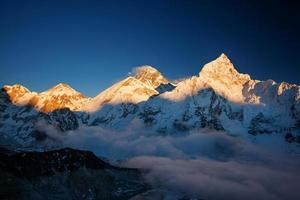 bela paisagem das montanhas do Himalaia foto