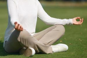garota agradável praticando ioga foto