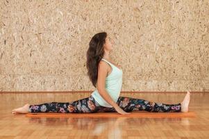 praticando yoga foto