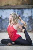 praticando ioga foto