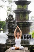 mulher meditando fazendo yoga foto