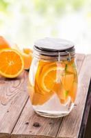 mistura de água com infusão com sabor de frutas frescas de laranja e melão foto